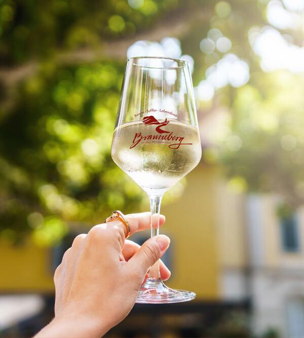 Weinglas mit dem Logo der Ortsgemeinde Brauneberg