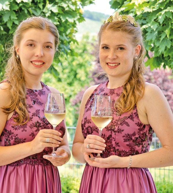 Brauneberger Weinkönigin Laura I mit ihrer Weinprinzessin Alina von 2019 2021